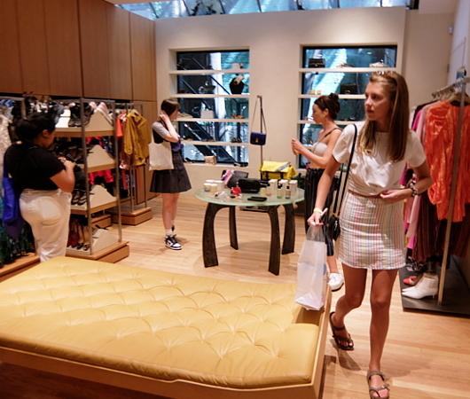 高級ファッション・アイテム再販ビジネスの成長株、The RealRealのSOHO店_b0007805_06163765.jpg