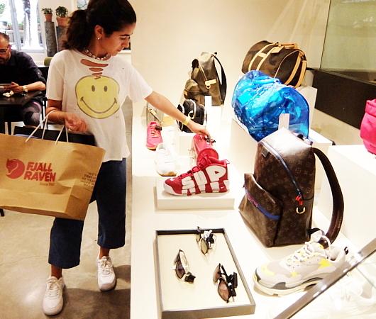 高級ファッション・アイテム再販ビジネスの成長株、The RealRealのSOHO店_b0007805_06191520.jpg
