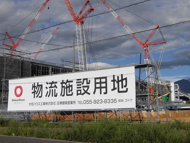 巨大クレーンを使い建設が進む倉庫群 「第2東名IC周辺土地区画整理事業」の現場_f0141310_07380647.jpg