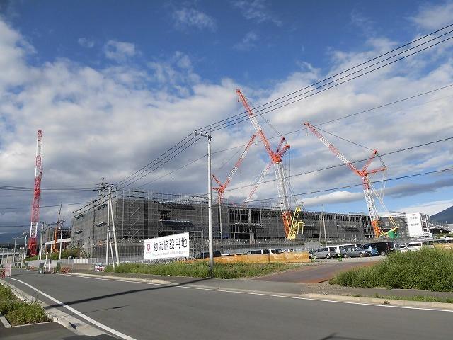 巨大クレーンを使い建設が進む倉庫群 「第2東名IC周辺土地区画整理事業」の現場_f0141310_07381245.jpg