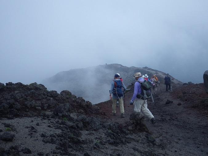 天孫降臨コースから高千穂峰周回コースを歩く_e0164643_16505483.jpg