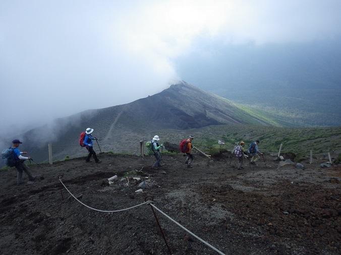 天孫降臨コースから高千穂峰周回コースを歩く_e0164643_16510645.jpg