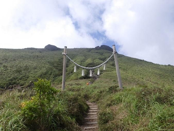 天孫降臨コースから高千穂峰周回コースを歩く_e0164643_16512200.jpg