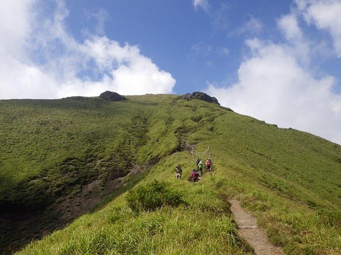天孫降臨コースから高千穂峰周回コースを歩く_e0164643_16512787.jpg