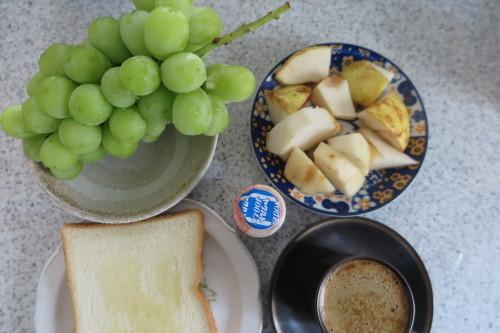 朝トースト&コーヒー: 昼:五目野菜&豚肉煮物 夜:くら寿司の天丼_c0075701_20583447.jpg