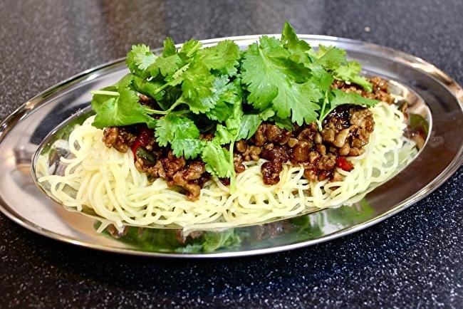 作りおきのピリ辛肉味噌で、サラダやら麺やら、おつまみやら_a0223786_15581333.jpg