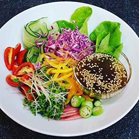 作りおきのピリ辛肉味噌で、サラダやら麺やら、おつまみやら_a0223786_16551138.jpg