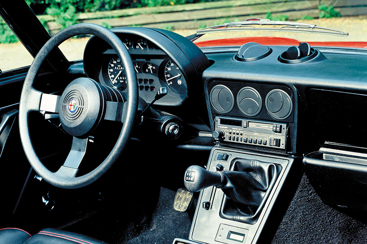 alfa romeo にみる現代の車と70年代の車の美しさの違い_a0129711_18595747.jpg