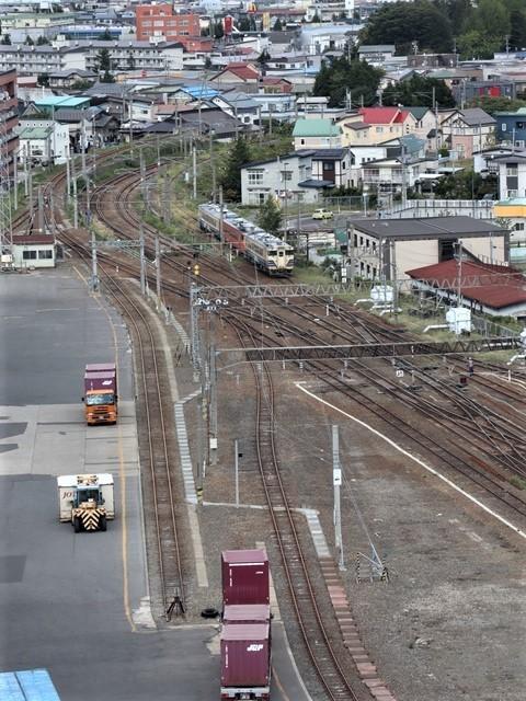 藤田八束の鉄道写真@弘前駅からの鉄道写真、奥羽線通勤通学列車は元気いっぱい、リゾート「しらかみ」は楽しげな家族たち、駅には楽しめる展示品がいっぱいです。おもてなしの駅弘前にて_d0181492_07323319.jpg