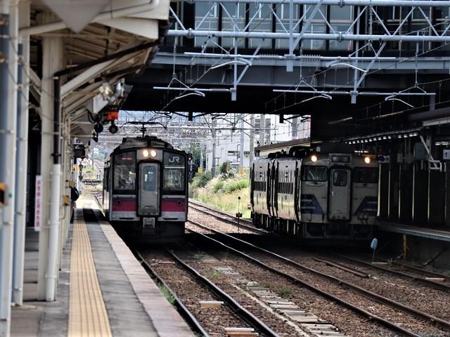 藤田八束の鉄道写真@弘前駅からの鉄道写真、奥羽線通勤通学列車は元気いっぱい、リゾート「しらかみ」は楽しげな家族たち、駅には楽しめる展示品がいっぱいです。おもてなしの駅弘前にて_d0181492_07324195.jpg