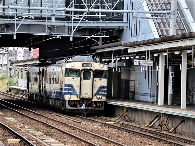 藤田八束の鉄道写真@弘前駅からの鉄道写真、奥羽線通勤通学列車は元気いっぱい、リゾート「しらかみ」は楽しげな家族たち、駅には楽しめる展示品がいっぱいです。おもてなしの駅弘前にて_d0181492_07324947.jpg