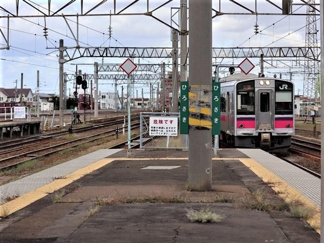 藤田八束の鉄道写真@弘前駅からの鉄道写真、奥羽線通勤通学列車は元気いっぱい、リゾート「しらかみ」は楽しげな家族たち、駅には楽しめる展示品がいっぱいです。おもてなしの駅弘前にて_d0181492_07325867.jpg