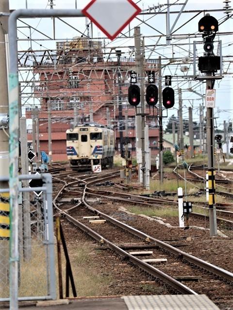 藤田八束の鉄道写真@弘前駅からの鉄道写真、奥羽線通勤通学列車は元気いっぱい、リゾート「しらかみ」は楽しげな家族たち、駅には楽しめる展示品がいっぱいです。おもてなしの駅弘前にて_d0181492_07331379.jpg