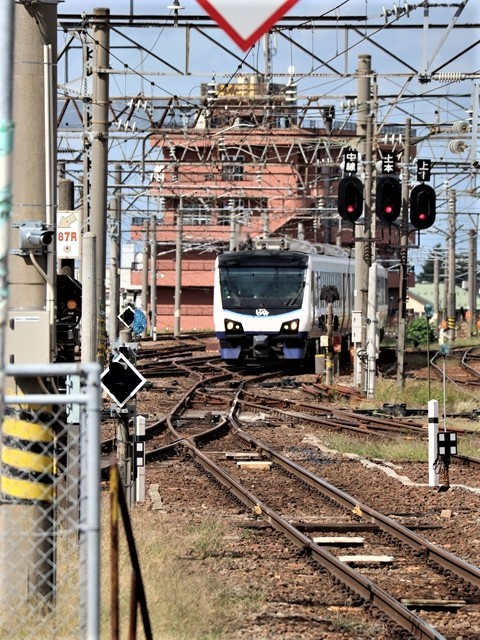 藤田八束の鉄道写真@弘前駅からの鉄道写真、奥羽線通勤通学列車は元気いっぱい、リゾート「しらかみ」は楽しげな家族たち、駅には楽しめる展示品がいっぱいです。おもてなしの駅弘前にて_d0181492_07332070.jpg