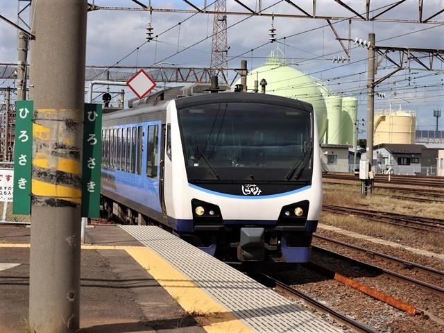藤田八束の鉄道写真@弘前駅からの鉄道写真、奥羽線通勤通学列車は元気いっぱい、リゾート「しらかみ」は楽しげな家族たち、駅には楽しめる展示品がいっぱいです。おもてなしの駅弘前にて_d0181492_07333783.jpg