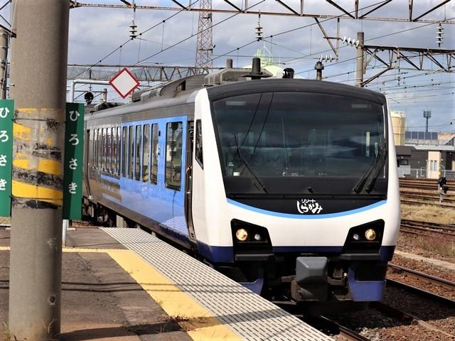 藤田八束の鉄道写真@弘前駅からの鉄道写真、奥羽線通勤通学列車は元気いっぱい、リゾート「しらかみ」は楽しげな家族たち、駅には楽しめる展示品がいっぱいです。おもてなしの駅弘前にて_d0181492_07334757.jpg