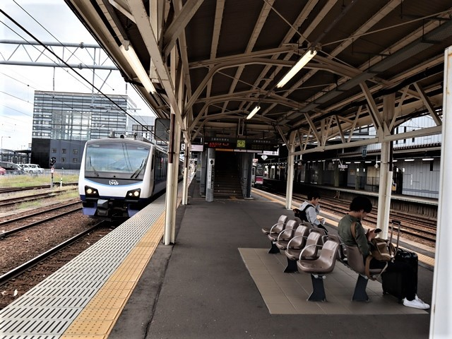 藤田八束の鉄道写真@弘前駅からの鉄道写真、奥羽線通勤通学列車は元気いっぱい、リゾート「しらかみ」は楽しげな家族たち、駅には楽しめる展示品がいっぱいです。おもてなしの駅弘前にて_d0181492_07341680.jpg