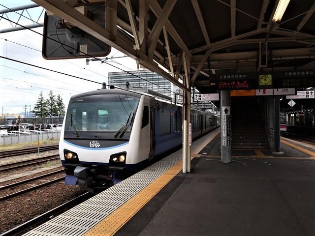 藤田八束の鉄道写真@弘前駅からの鉄道写真、奥羽線通勤通学列車は元気いっぱい、リゾート「しらかみ」は楽しげな家族たち、駅には楽しめる展示品がいっぱいです。おもてなしの駅弘前にて_d0181492_07342775.jpg