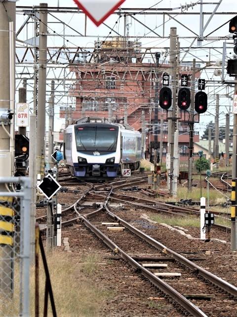 藤田八束の鉄道写真@弘前駅からの鉄道写真、奥羽線通勤通学列車は元気いっぱい、リゾート「しらかみ」は楽しげな家族たち、駅には楽しめる展示品がいっぱいです。おもてなしの駅弘前にて_d0181492_07353831.jpg