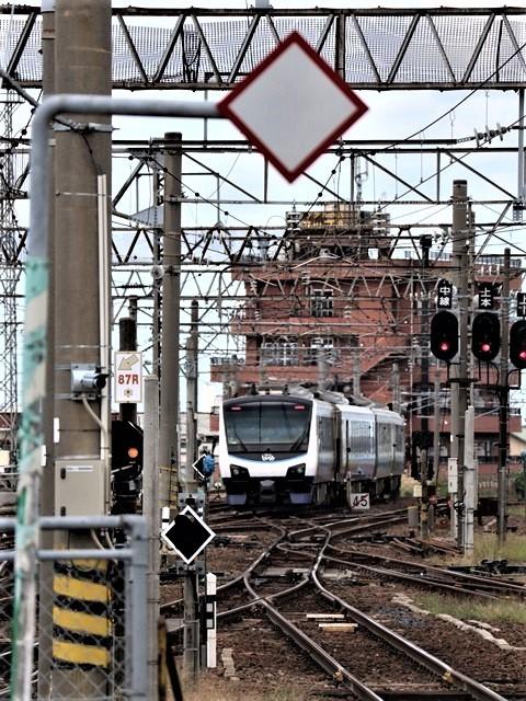 藤田八束の鉄道写真@弘前駅からの鉄道写真、奥羽線通勤通学列車は元気いっぱい、リゾート「しらかみ」は楽しげな家族たち、駅には楽しめる展示品がいっぱいです。おもてなしの駅弘前にて_d0181492_07360156.jpg