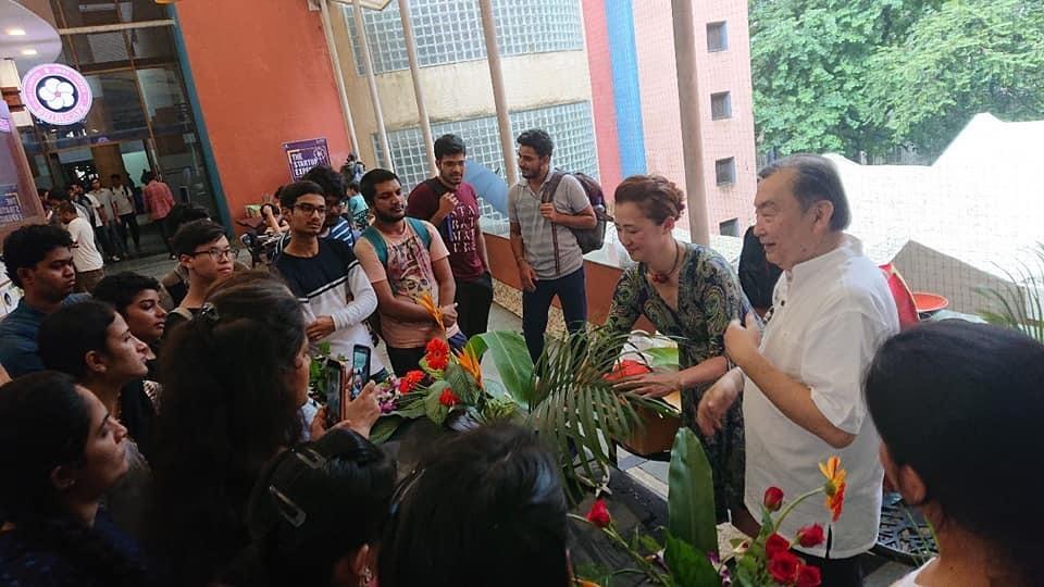 インドの花材で、生け花デモンストレーション_a0101801_23404661.jpg