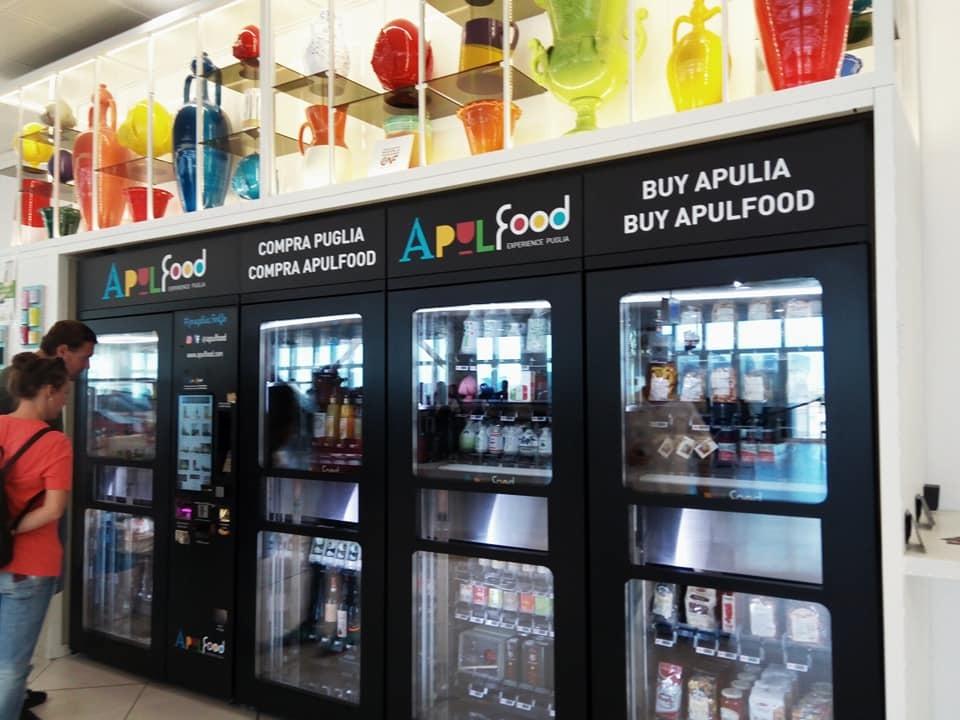 バーリ空港に名産品の自動販売機が登場!_b0305039_23060459.jpg
