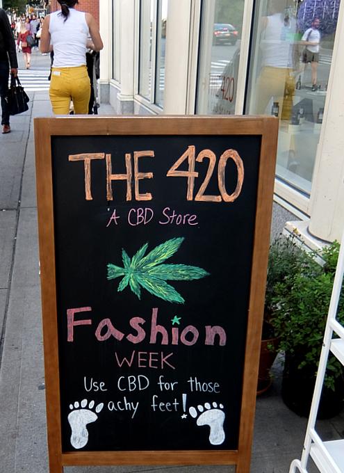 SOHOにあるCBD専門店、The 420店頭の様子_b0007805_06520491.jpg