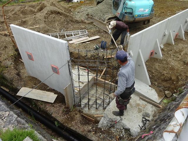 仙北町の家 敷地外周の擁壁工事が進行中。_f0105112_04520817.jpg
