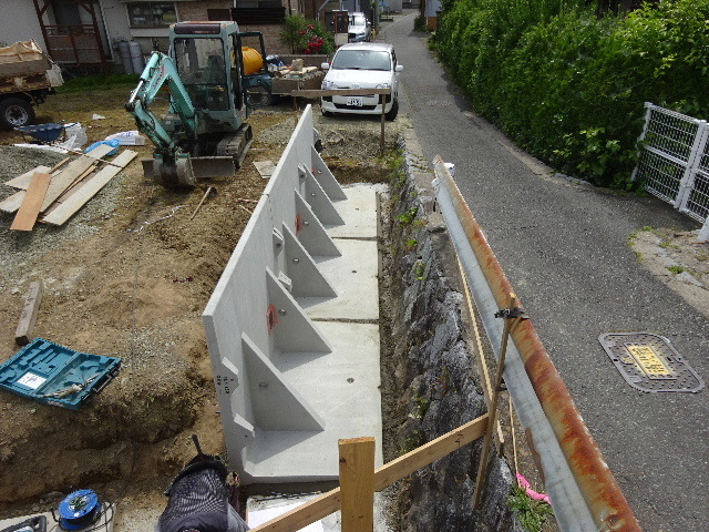 仙北町の家 敷地外周の擁壁工事が進行中。_f0105112_04520820.jpg
