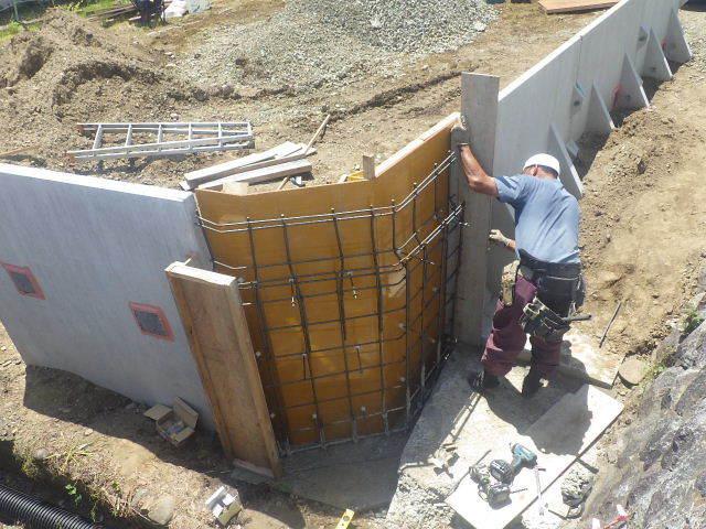 仙北町の家 敷地外周の擁壁工事が進行中。_f0105112_04520993.jpg