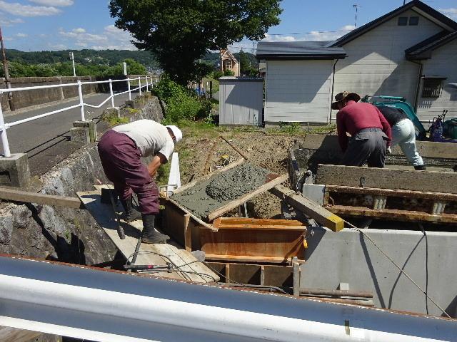 仙北町の家 敷地外周の擁壁工事が進行中。_f0105112_04563922.jpg