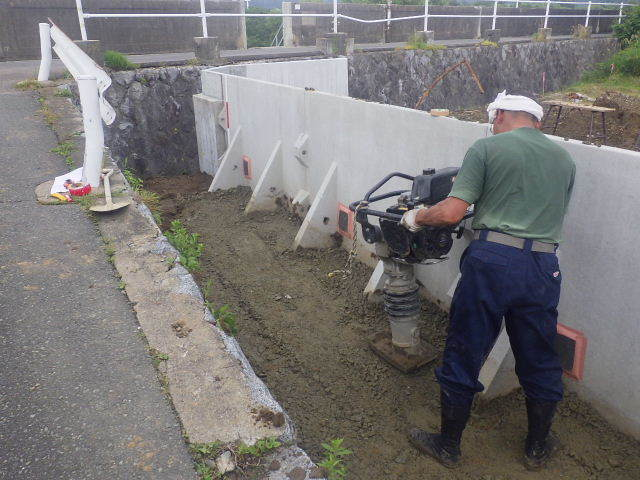 仙北町の家 敷地外周の擁壁工事が進行中。_f0105112_04573519.jpg