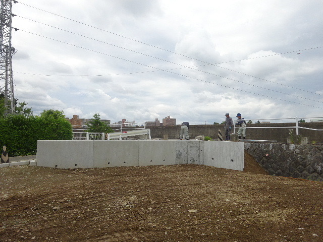 仙北町の家 敷地外周の擁壁工事が進行中。_f0105112_05024112.jpg