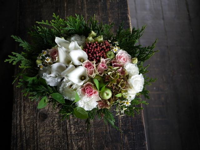 お誕生日の女性へのアレンジメント。「白ベースに、淡い色のバラを入れて」。西27にお届け。2019/09/27。_b0171193_18424182.jpg