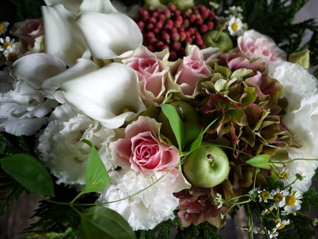 お誕生日の女性へのアレンジメント。「白ベースに、淡い色のバラを入れて」。西27にお届け。2019/09/27。_b0171193_18424340.jpg