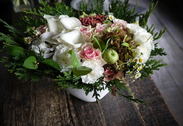 お誕生日の女性へのアレンジメント。「白ベースに、淡い色のバラを入れて」。西27にお届け。2019/09/27。_b0171193_18424516.jpg
