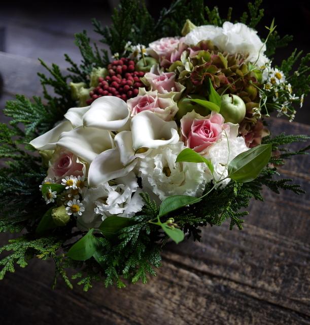 お誕生日の女性へのアレンジメント。「白ベースに、淡い色のバラを入れて」。西27にお届け。2019/09/27。_b0171193_18424821.jpg