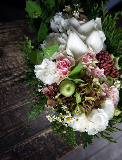 お誕生日の女性へのアレンジメント。「白ベースに、淡い色のバラを入れて」。西27にお届け。2019/09/27。_b0171193_18424940.jpg
