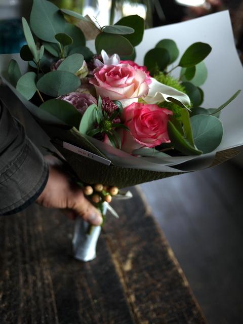 お誕生日の女性への花束。「バラを入れて」。2019/09/29。_b0171193_18515400.jpg