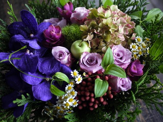 古希の女性へのお祝いアレンジメント。「紫系」。2019/09/29。_b0171193_18541133.jpg