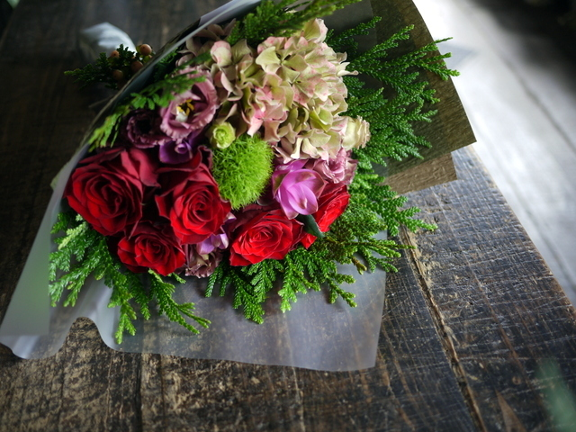 お誕生日の女性への花束。赤系。2019/09/29。_b0171193_18562405.jpg