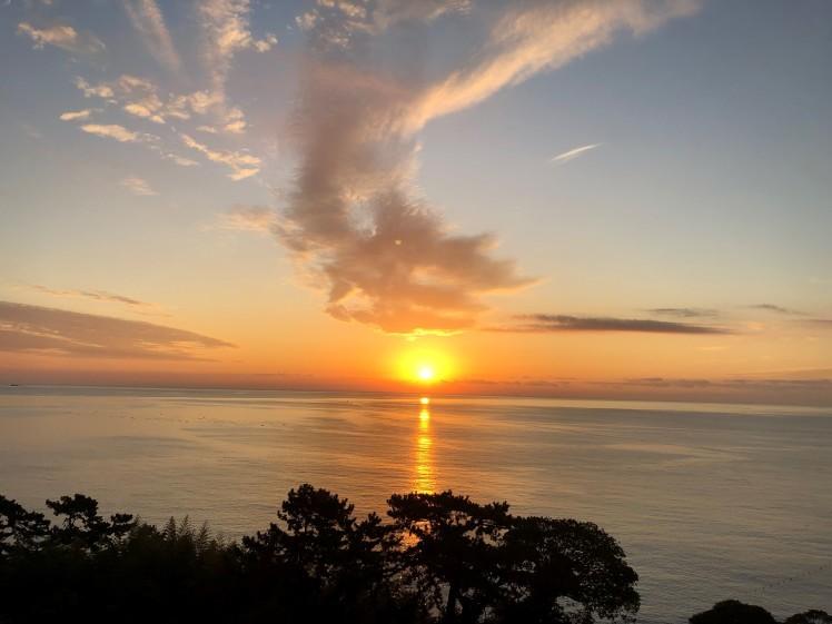 《空と雲》真っすぐに美しく輝きながら届く光の帯が…。~熱海の朝日が凄かった!~_b0298740_00221919.jpg