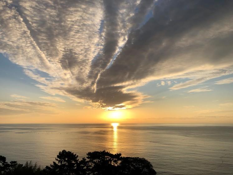 《空と雲》真っすぐに美しく輝きながら届く光の帯が…。~熱海の朝日が凄かった!~_b0298740_00301832.jpg