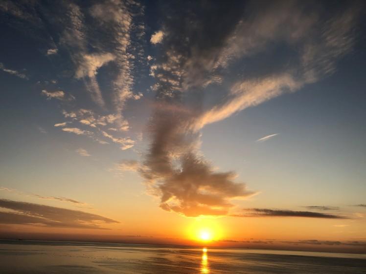 《空と雲》真っすぐに美しく輝きながら届く光の帯が…。~熱海の朝日が凄かった!~_b0298740_00302631.jpg