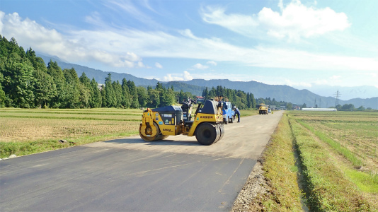 農道の簡易舗装作業がありました_c0336902_21180821.jpg