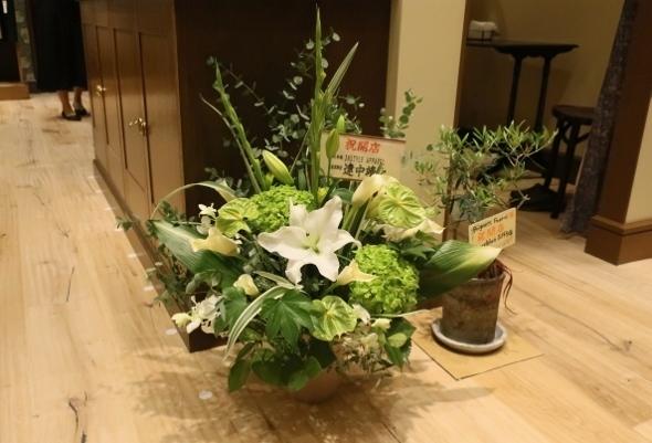 ベニエフレェ店にお祝いのお花をいただきました。_c0227633_23010931.jpg