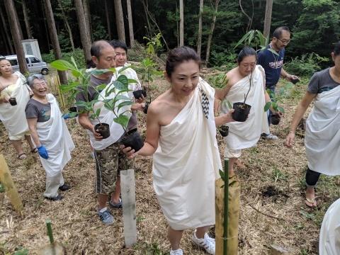 フラダンスで森の神に祈りをささげてくれました。_a0088577_17025879.jpg