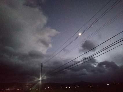 台風の前の雲と三日月の夕方。_b0126182_21421173.jpg