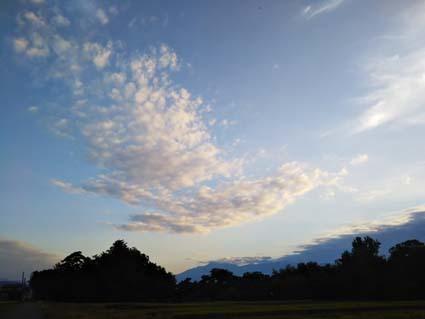 秋の空は青が深くて、雲が色んな形をしていて、見ていて飽きないですね。_b0126182_22430887.jpg