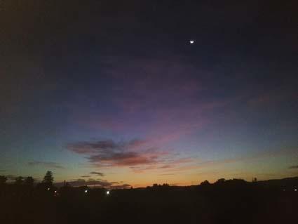 明け方の、空の端っこがオレンジになってくる頃の、紺色の上空に月が浮かぶ。_b0126182_23090928.jpg